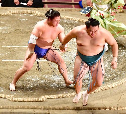 若隆景(左)は押し出しで玉鷲を破る(撮影・小沢裕)
