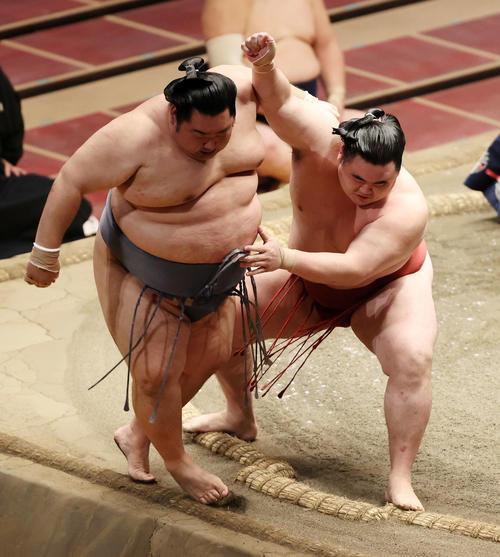 徳勝龍(左)を押し出しで破る隆の勝(撮影・鈴木正人)