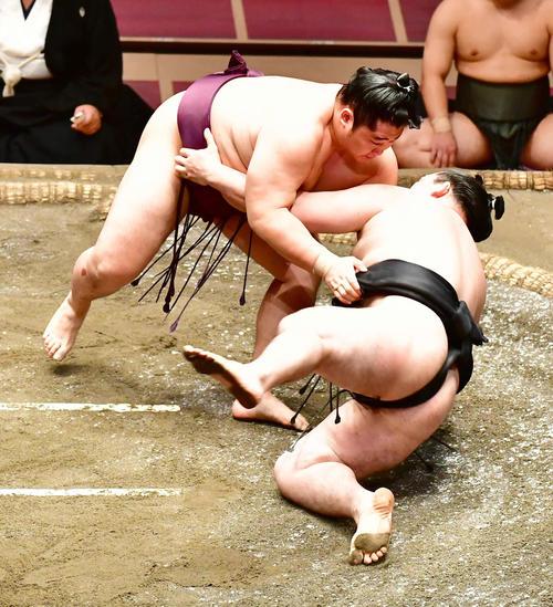 遠藤(左)は竜電を上手投げで破る(撮影・小沢裕)
