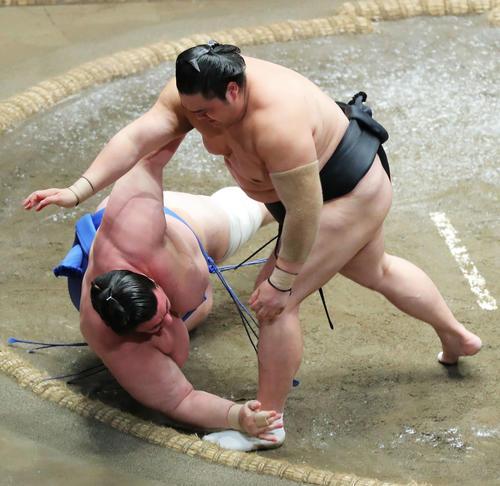 碧山(左)を突き落としで破る隠岐の海(撮影・河田真司)