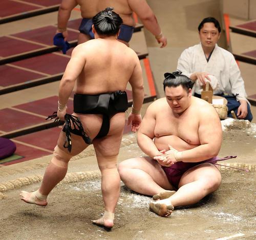意表を突いた技で敗れ、土俵上でうなだれる朝乃山(撮影・鈴木正人)