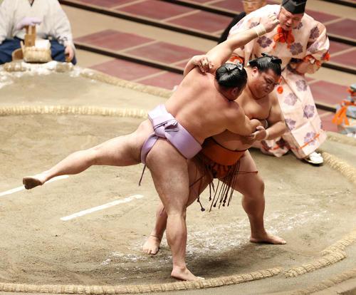 琴恵光(左)をすくい投げで破る御嶽海(撮影・鈴木正人)