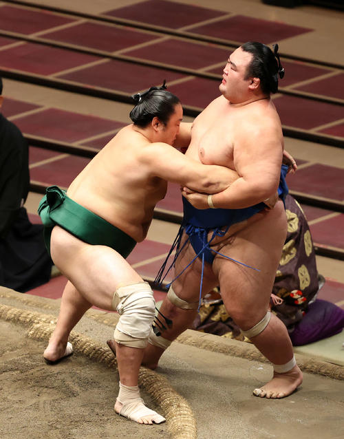 琴奨菊(右)を寄り切りで破る佐田の海(撮影・鈴木正人)