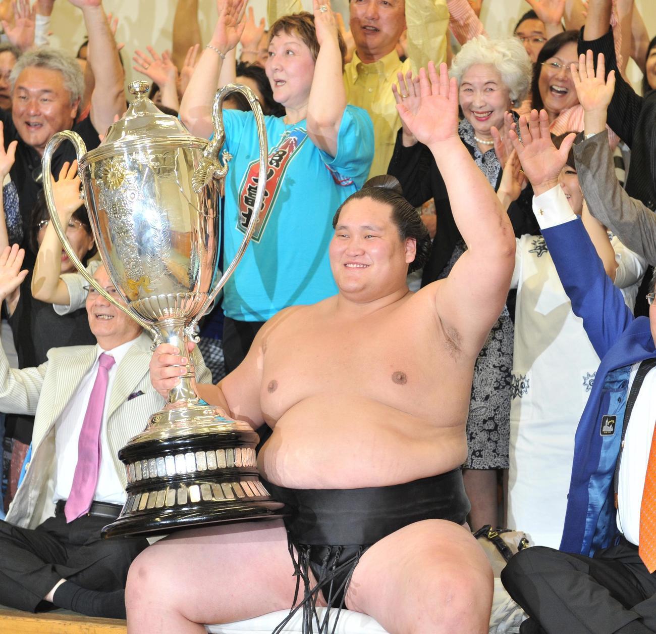 初優勝を飾った照ノ富士は、賜杯を手に笑顔でバンザイ(15年5月)