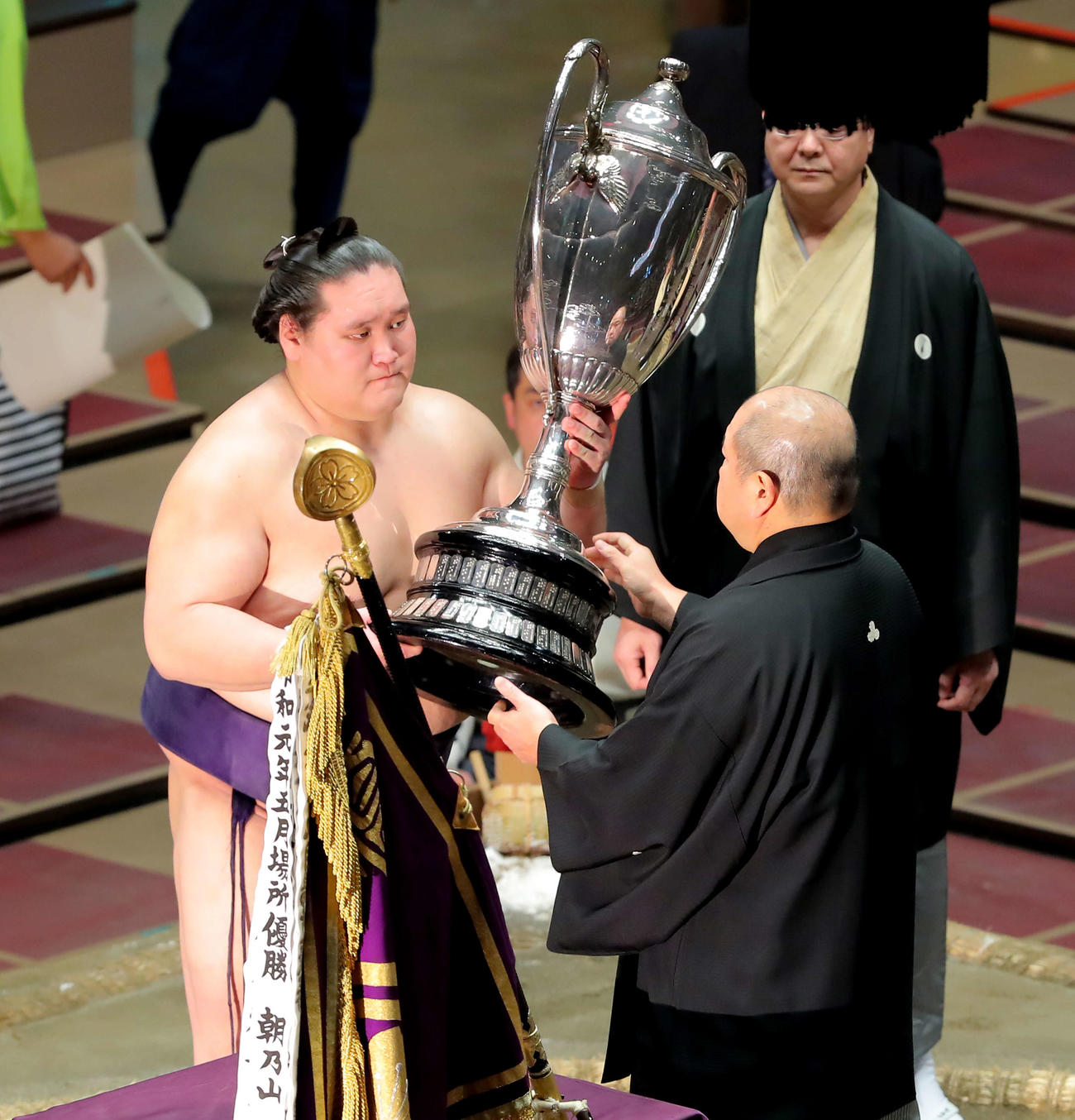 幕尻優勝を果たし、八角理事長(右)から賜杯を受け取る照ノ富士(撮影・河田真司)
