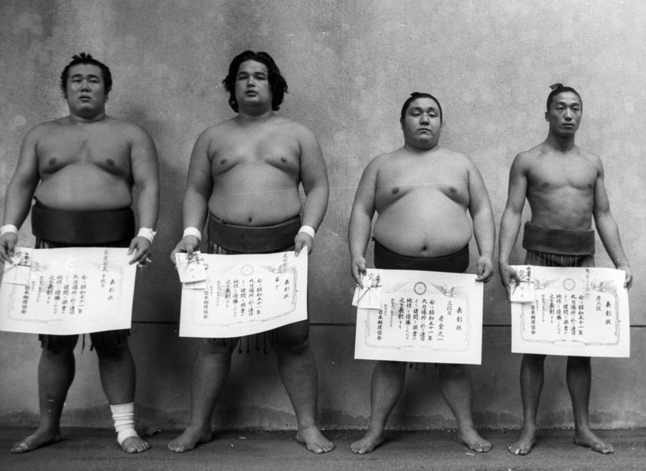 76年秋場所の各段優勝者。左端が十両安達(のち蔵玉錦)(1976年9月26日撮影)