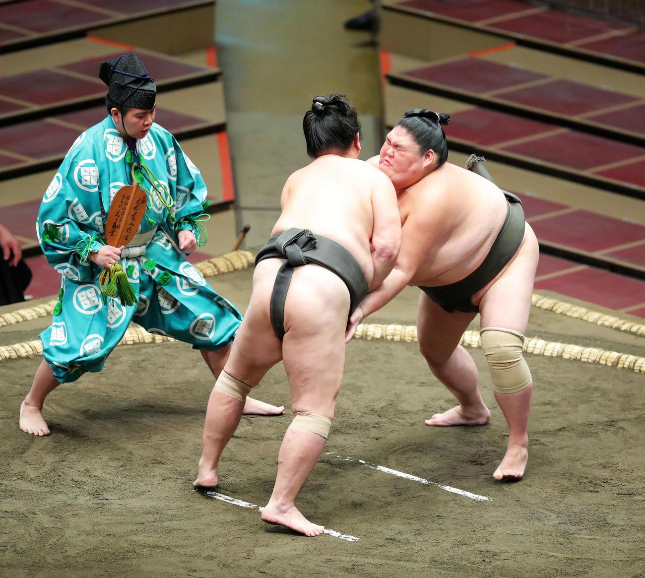 二番後取直しで激しく立ち合う大翔城(左)と京の里(撮影・河田真司)
