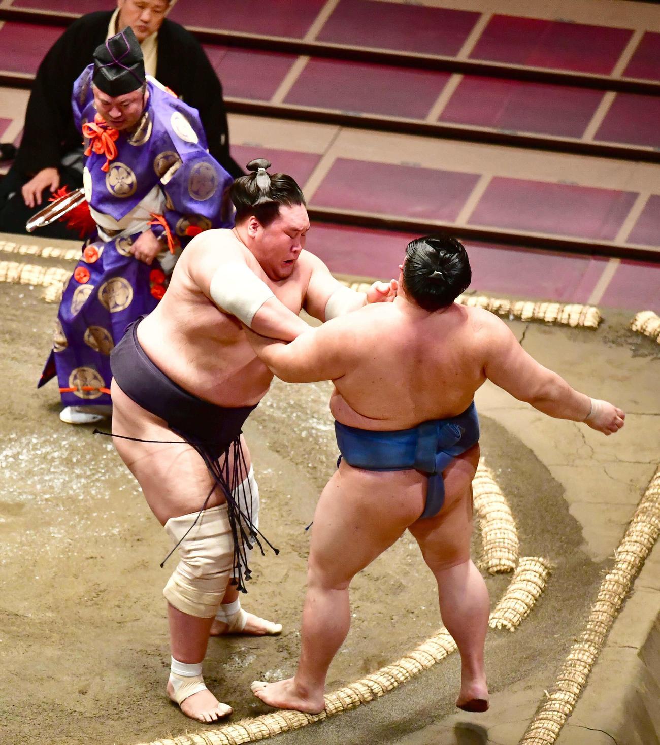 照ノ富士(左)は正代を押し出しで破る(撮影・小沢裕)