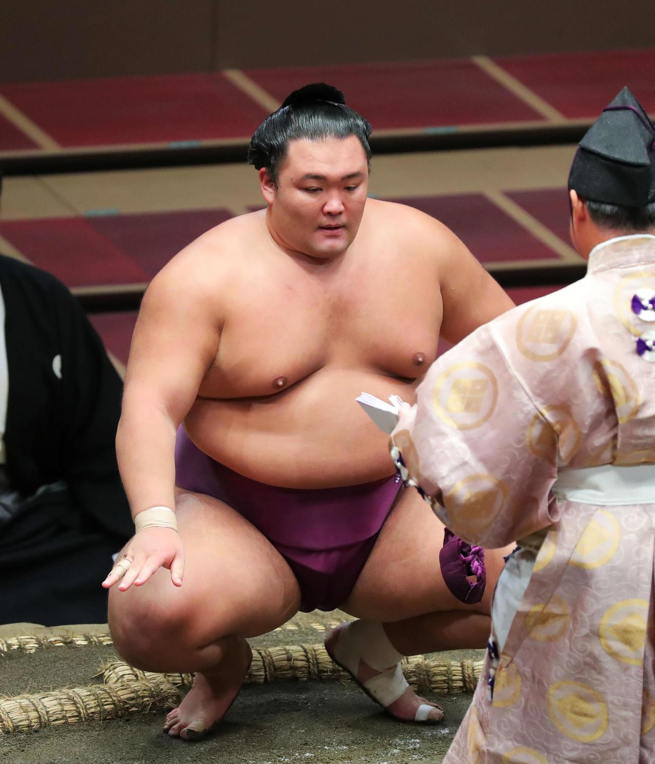 北勝富士を破り勝ち名乗りを受ける朝乃山(撮影・河田真司)
