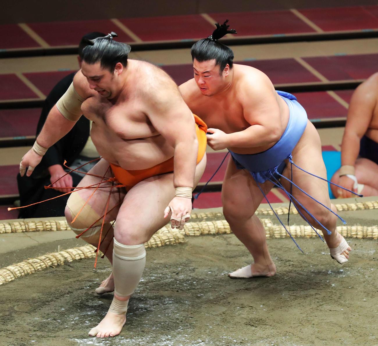 魁聖(左)の背中に回り攻める翔猿(撮影・河田真司)
