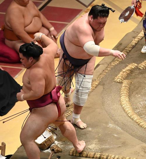 照ノ富士(右)は大栄翔を寄り切りで破る(撮影・山崎安昭)