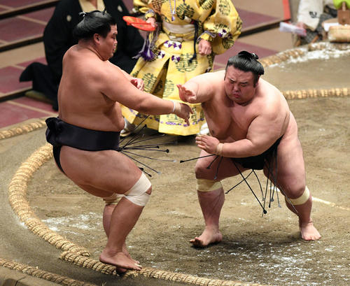 妙義龍(左)を押し出す貴景勝(撮影・滝沢徹郎)