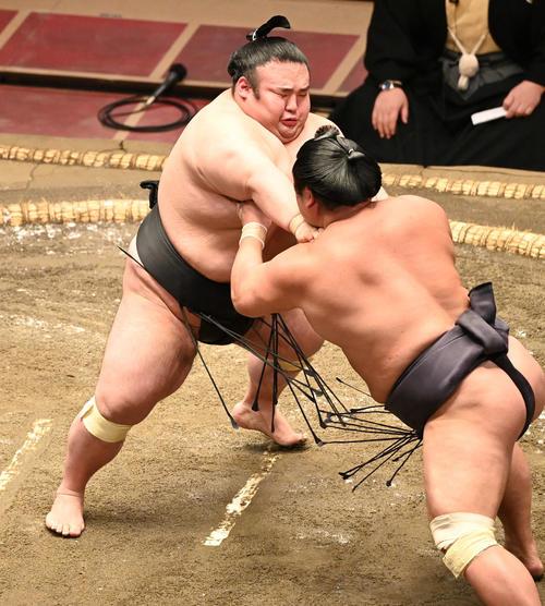 貴景勝(左)は妙義龍を押し込む(撮影・山崎安昭)