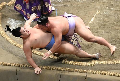 琴恵光(上)は寄り倒しで翔猿を破る(撮影・山崎安昭)