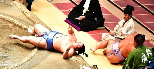 翔猿(左)を寄り倒しで敗った琴恵光は勢い余って土俵下に(撮影・小沢裕)