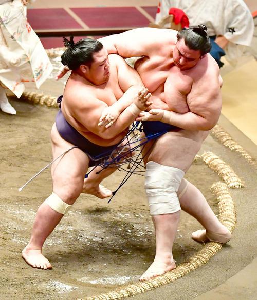 阿武咲(左)は碧山を押し出しで破る(撮影・小沢裕)