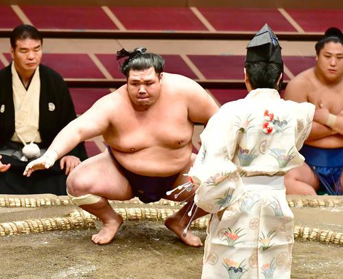 初日から5連勝を飾り単独トップに立った阿武咲は勝ち名乗りを受ける(撮影・小沢裕)