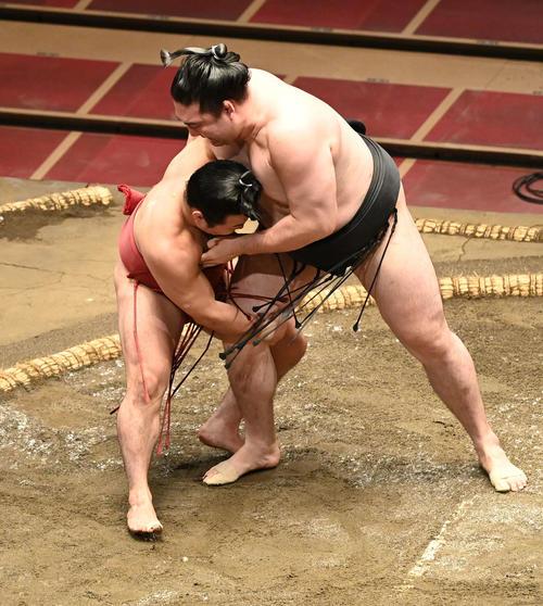炎鵬(左)は竜電の右足を取る(撮影・山崎安昭)