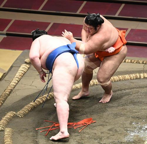 志摩ノ海(右)は逸ノ城を突き落としで破る(撮影・山崎安昭)