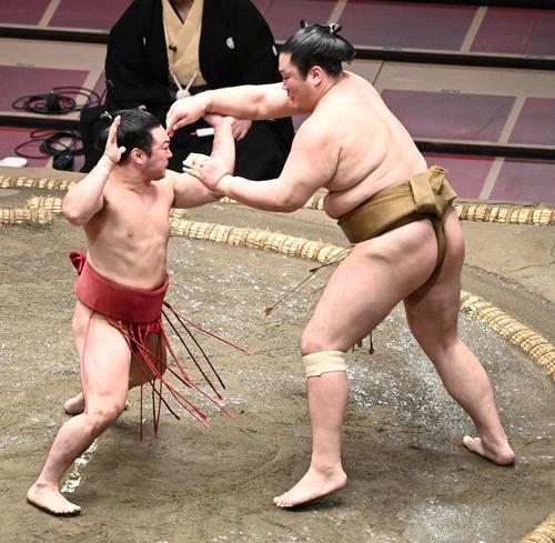 激しく突き合う炎鵬(左)と輝(撮影・山崎安昭)