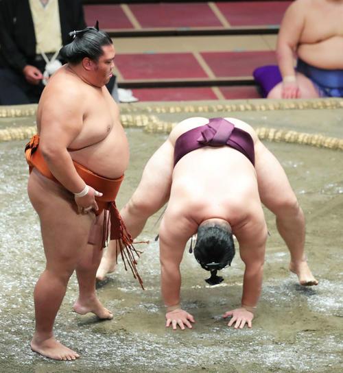 遠藤(右)をはたき込みで破った御嶽海(撮影・河田真司)