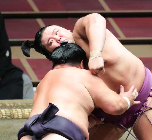 妙義龍(左)の攻めに耐える朝乃山(撮影・河田真司)