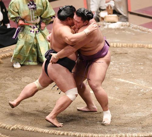 妙義龍(左)を攻める朝乃山(撮影・滝沢徹郎)