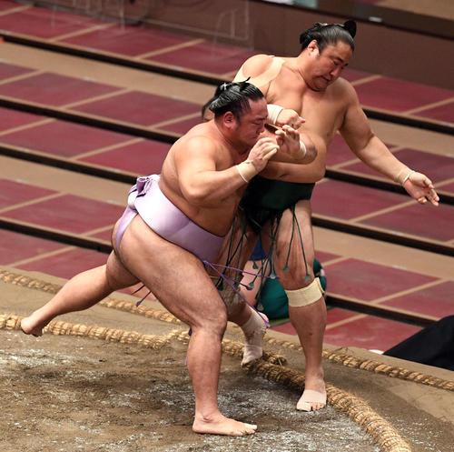 佐田の海(右)を押し出しで破る琴恵光(撮影・滝沢徹郎)