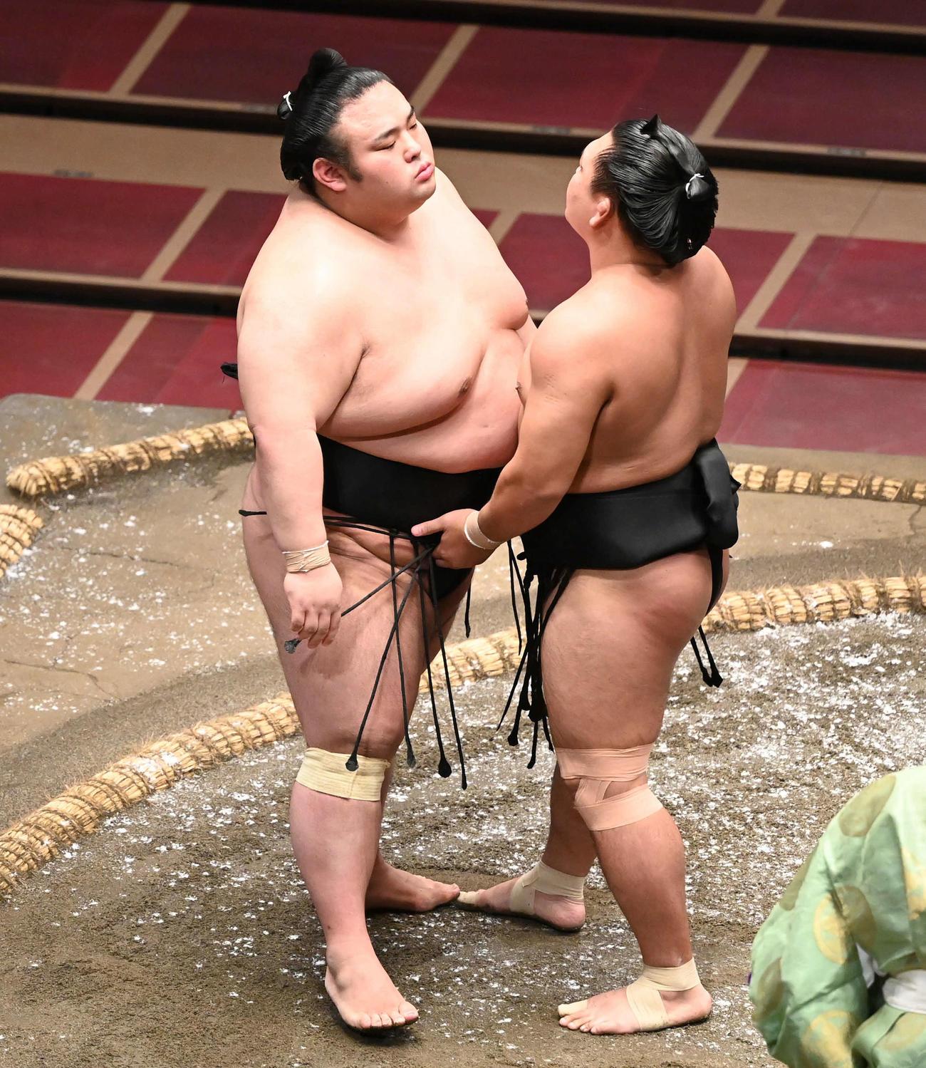 合わない立ち合いで貴景勝(左)は照強に思い切り当たられいらだつ(撮影・山崎安昭)