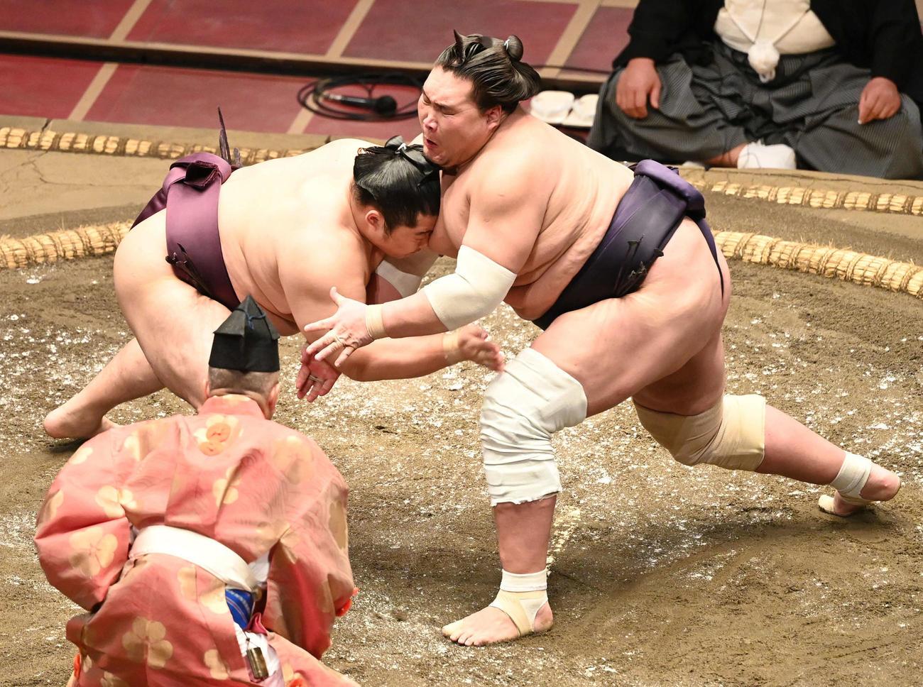 立ち合いでぶつかる照ノ富士(右)と遠藤(撮影・山崎安昭)