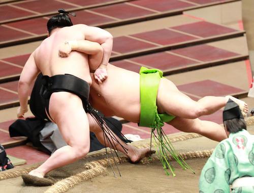 若元春(左)を寄り切りで破る天空海(撮影・中島郁夫)