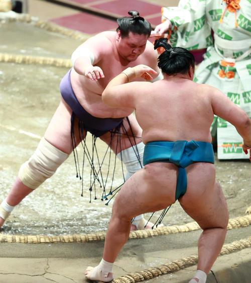 玉鷲(右)を寄り切りで破る照ノ富士(撮影・中島郁夫)