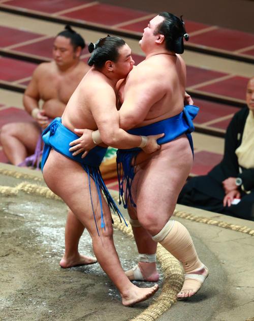琴奨菊(右)を寄り切りで破る豊昇龍(撮影・中島郁夫)
