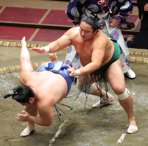 翔猿(左)を突き落としで破る佐田の海(撮影・河田真司)