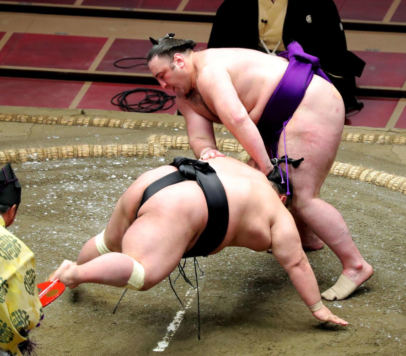 貴景勝(左)をはたき込みで破る栃ノ心(撮影・河田真司)
