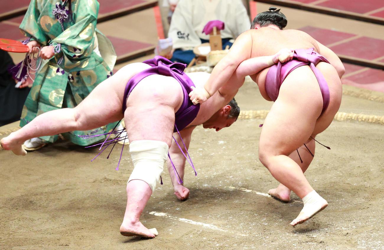 栃ノ心(左)は朝乃山に上手投げで敗れる(撮影・中島郁夫)