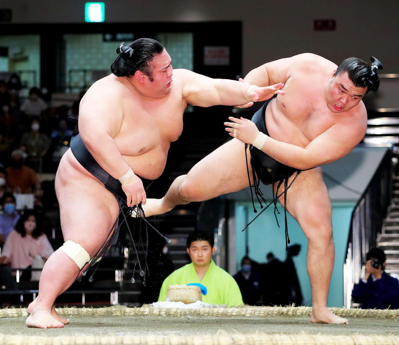 霧馬山(右)を攻める貴景勝(2020年9月21日撮影)