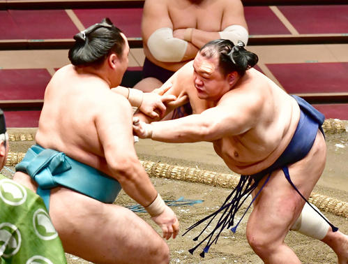 玉鷲(左)を突き押しで攻める北勝富士(撮影・小沢裕)