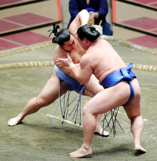 若隆景(右)を攻める翔猿(撮影・河田真司)