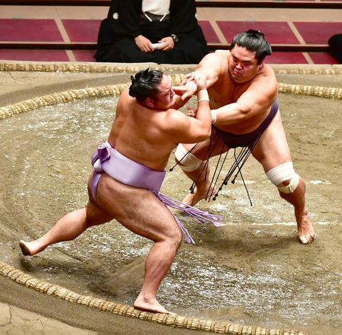 妙義龍(右)は押し出しで琴恵光を破る(撮影・小沢裕)