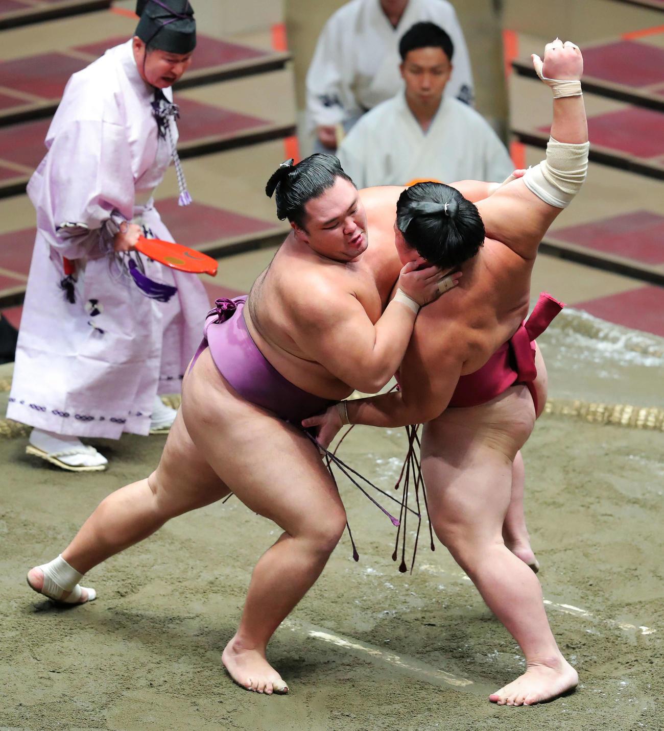 大栄翔(右)を攻める朝乃山(撮影・河田真司)