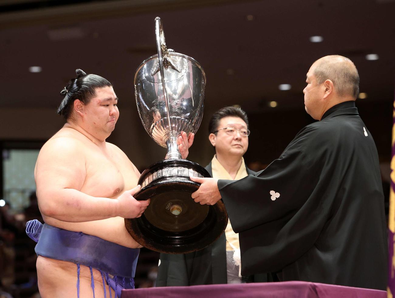 八角理事長(右)から優勝賜杯を受け取る正代(撮影・鈴木正人)