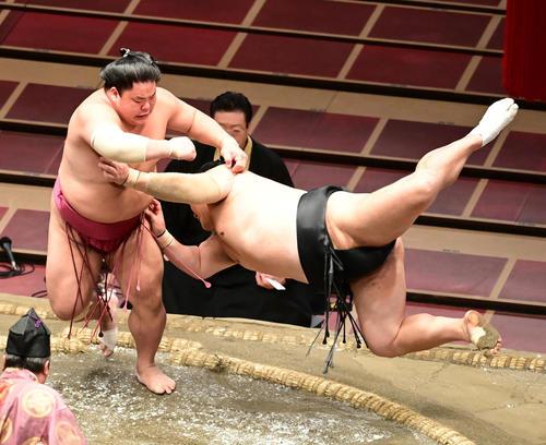 大栄翔(左)は隠岐の海を突き落としで破る(撮影・小沢裕)
