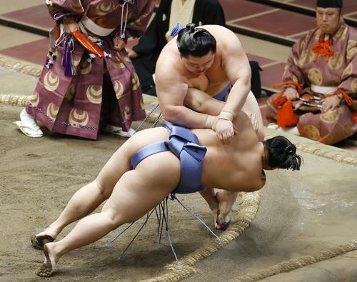 大相撲秋場所千秋楽で翔猿(手前)を突き落としで下し、初優勝を果たした関脇正代(共同)