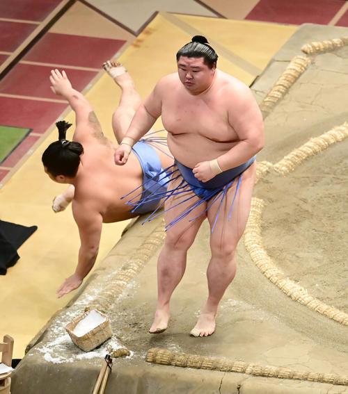 正代(右)は翔猿を突き落としで破り幕内初優勝を飾る(撮影・小沢裕)