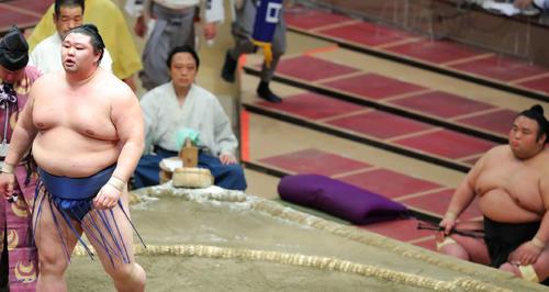 翔猿破り、幕内優勝を決めた正代(左)を土俵下で見つめる貴景勝(撮影・河田真司)