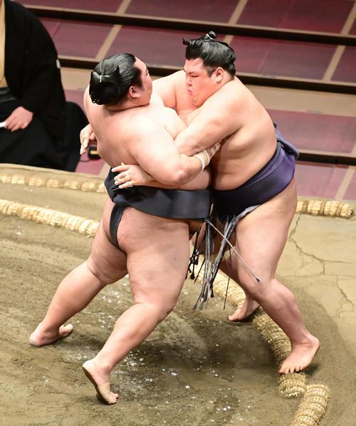 徳勝龍(左)は阿武咲を寄り切りで破る(撮影・小沢裕)