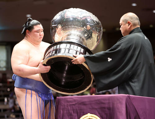 八角理事長(右)から内閣総理大臣杯を受け取る正代(撮影・鈴木正人)