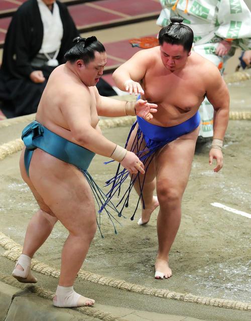 玉鷲(左)を突き出しだしで破る琴勝峰(撮影・河田真司)