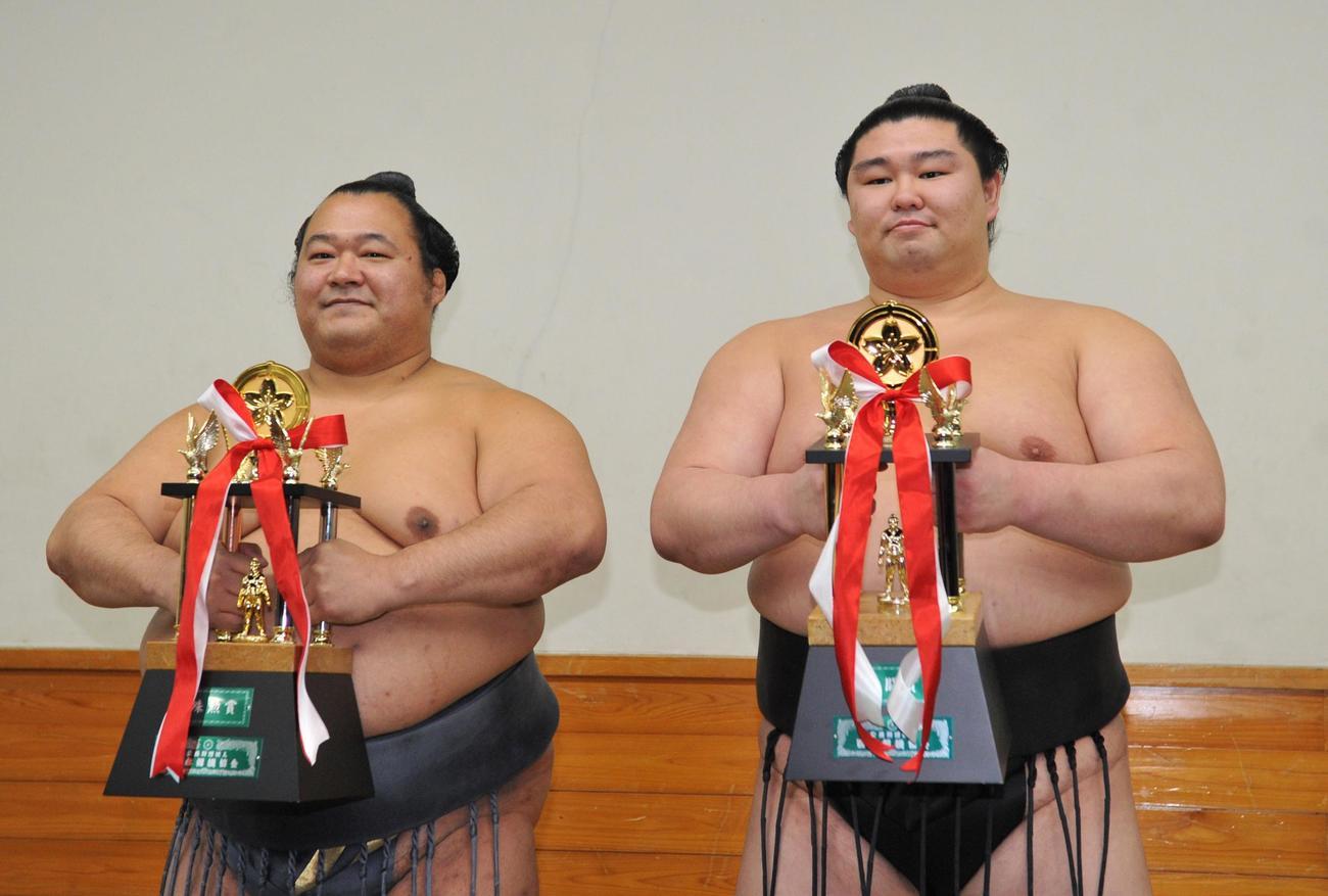 2016年初場所殊勲賞の豊ノ島(左)と敢闘賞の正代(2016年1月24日)